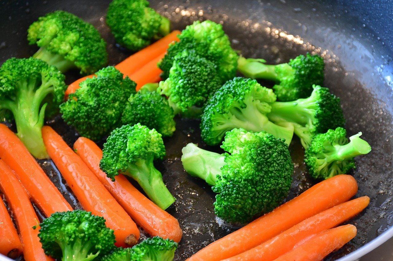 https://pixabay.com/photos/carrots-vegetables-broccoli-carrot-2106825/